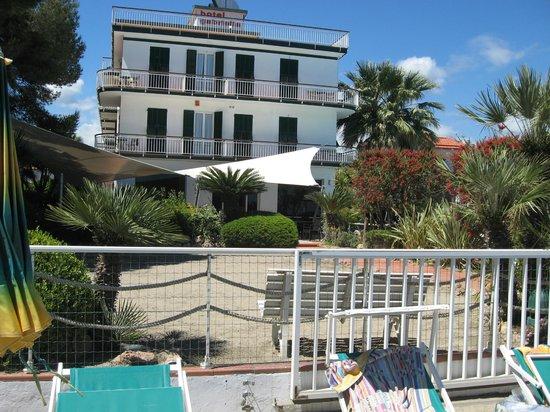 Hotel Gabriella: La plage est à deux pas