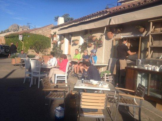 San Pantaleo, Italien: L'ultimo sole davanti a un buon bicchiere di vino