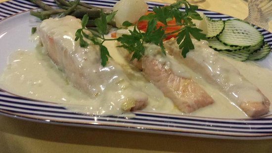 Meson de Calahonda: Salmon steak in champagne sauce