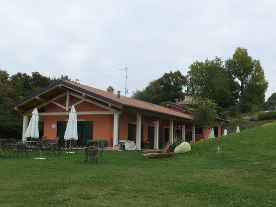Agriturismo Il Pianetto: Breakfast room & Lawn area