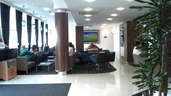 Ambassadors Hotel : The lobby. The check in counter is behind me and the bar/restaurant is too the right.