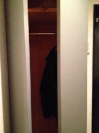 Hotel L: closet