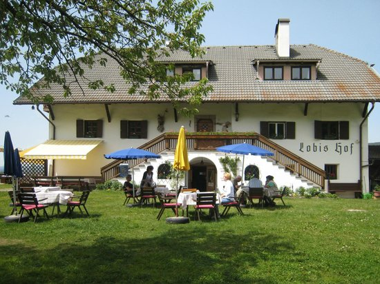 Gasthaus Lobishof: Il maso e i tavoli all'aperto