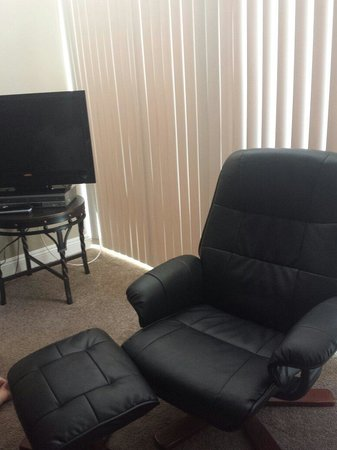 International Hotel & Suites: Chair and TV