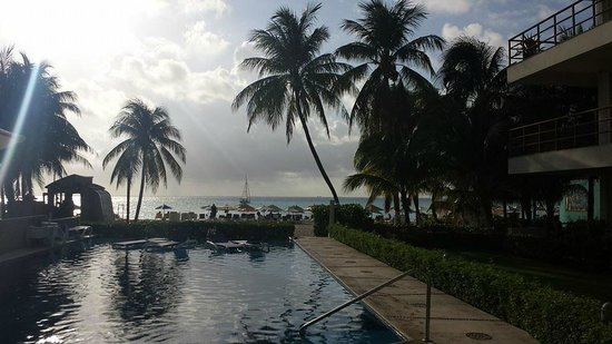 Ixchel Beach Hotel : view from pool bar
