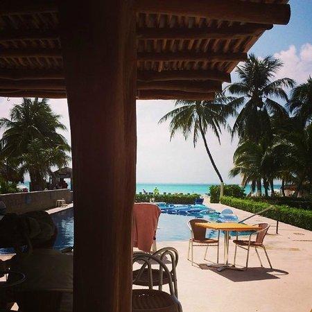 Ixchel Beach Hotel: Pool bar
