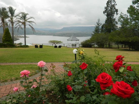 Blue Haze Country Lodge: Lush lawns with beautiful view to the dam