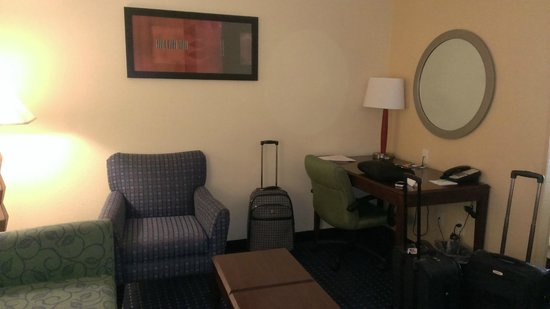 SpringHill Suites Bakersfield : Nice chairs and sofa