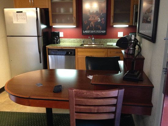 Residence Inn Long Beach: Work Space, Kitchen