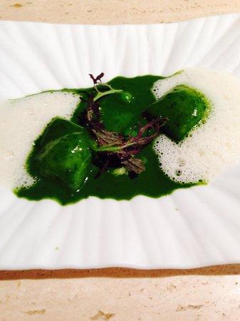 Aponiente: Ravioli con espuma de queso payoyo y plancton