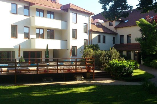 Hotel Bassiana: Hotel from gardenside