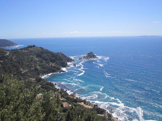 Argentario: isola rossa e, all' orizzonte, isola di giannutri