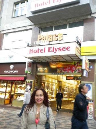 Hotel Elysee: Hotel entrance