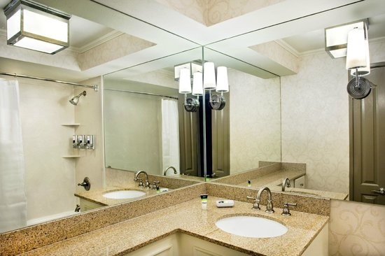 Four Points By Sheraton French Quarter: Guestroom Bath