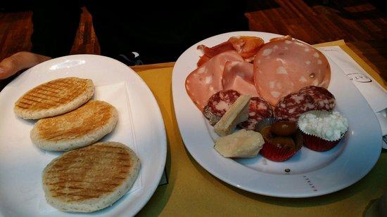 Eataly : Tigelle con tagliere misto di salumi e formaggio