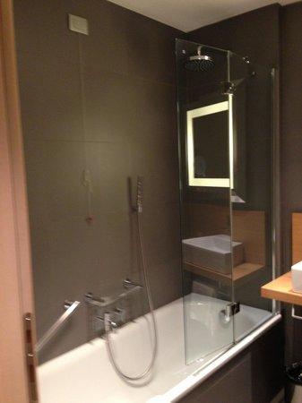 NH Pisa : Baño moderno y Limpio