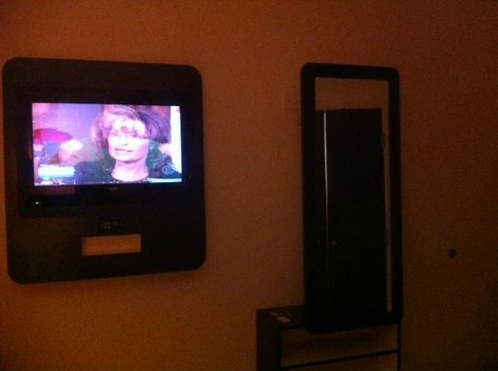 Motel 6 Biloxi Beach: Flat Screen TV and wardrobe storage (3 hangers)