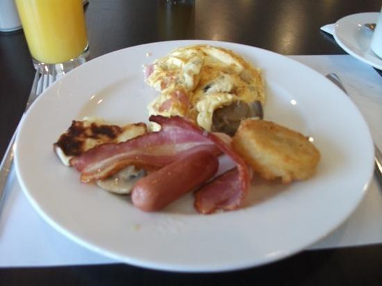 Grecian Sands Hotel: freshly made omelette, the starter to my breakfast :-)