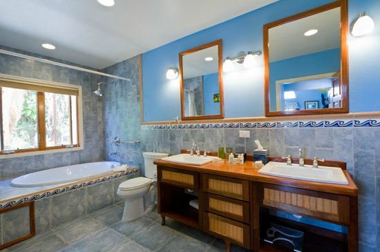 The Villas at Sunset Lane : Premium Suite with ocean view bathroom