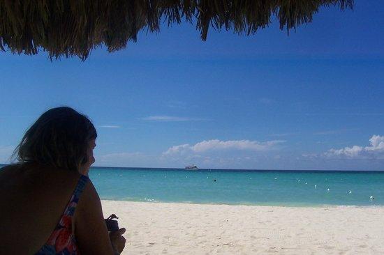 Beachcomber Club : admiring the ocean
