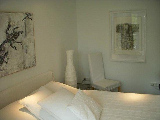 Seat beside the bed and art - Bild von Am Eichholz - Galerie & Art ...