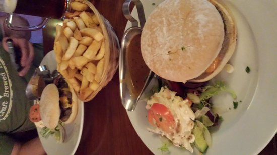 The Quays: Yummy burger and a MOUNTAIN of chips!