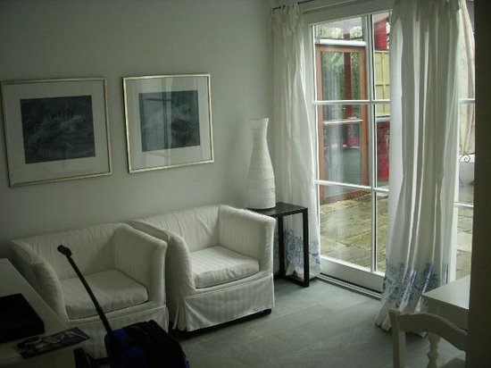Am Eichholz - Galerie & Art-Hotel: Siting room to 2nd courtyard