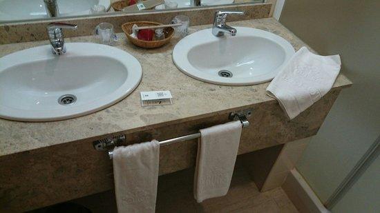 Ebora Hotel: Baño amplio y muy limpio.