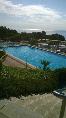 Camping Cala Gogo: View of the solar heated pool and sea beyond