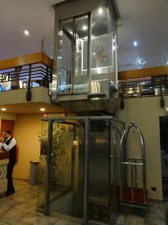 Diego de Velazquez: A pitoresca alternativa para subir um andar, em razão dos elevadores não virem ao térreo na rece