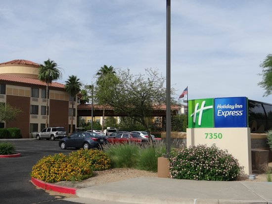 Holiday Inn Express Scottsdale North: Approach to hotel
