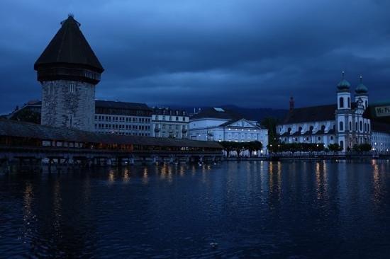 Hotel des Alpes: Kappelbrücke at night
