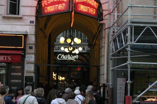 Le Bouillon Chartier : coda all'ingresso alle 19:06