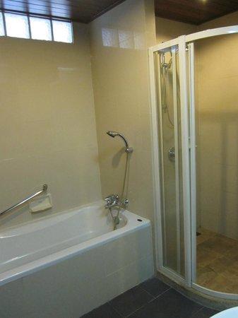Thara Patong Beach Resort & Spa: Bath room (Premier room)