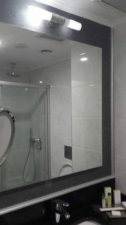 DoubleTree by Hilton Izmir - Alsancak: banyo