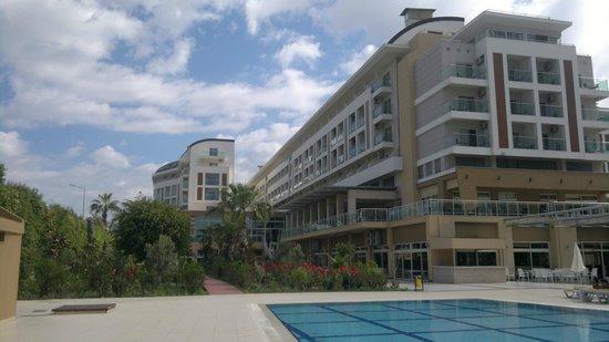 Hedef Resort & Spa Hotel: корпус из которого видно детскую площадку и бар у бассейна