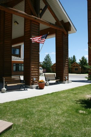 Yellowstone Lodge: Hotel Exterior