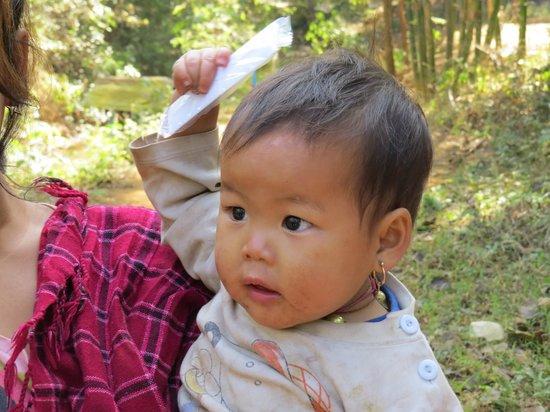 Village Indein : il piccolo si pettina con il nostro regalino