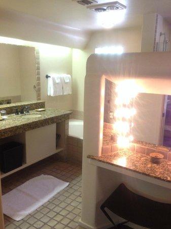 Boulders Resort & Spa, Curio Collection by Hilton: Bathroom suite