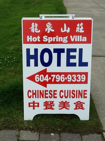 Hot Spring Villa Hotel : Sidewalk sign indicating direction to hotel and restaurant (May 29/14).