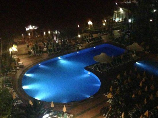 Hotel Eugenia Victoria: pool area at night