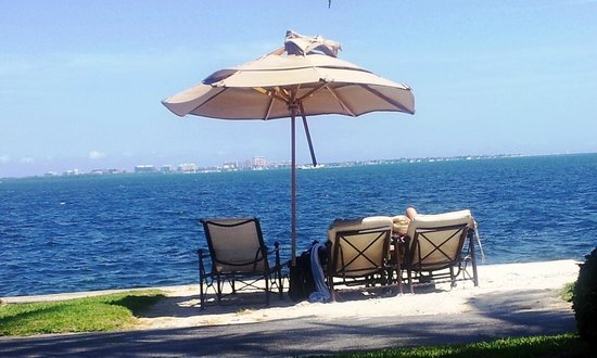 Palmeiras Beach Club at Grove Isle : grove isle club - beautiful views neglected amenities