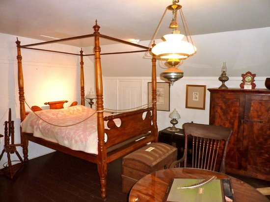 Hale Hoʻikeʻike at the Bailey House: Master bedroom
