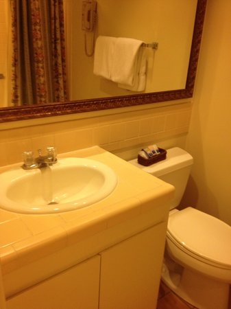 Best Western Plus Victorian Inn: 2 Vanity Areas