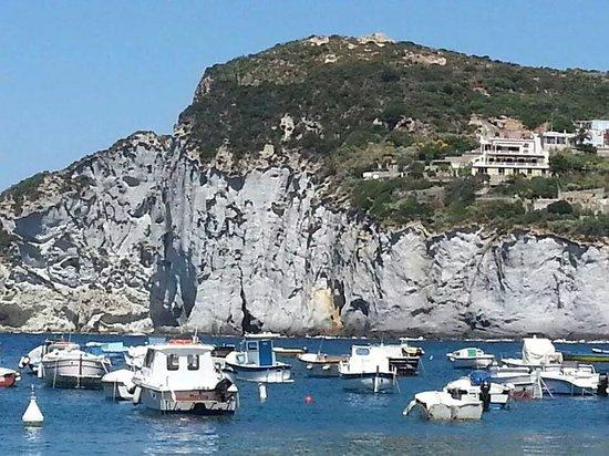 Ponza, Włochy: La vista da Cala Feola verso le Piscine Naturali