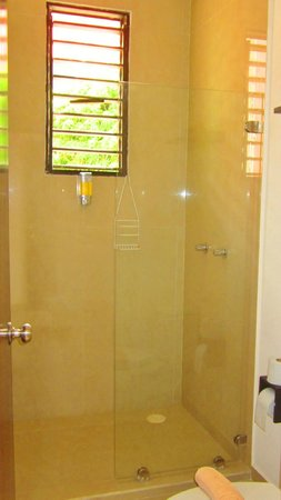 Hotel Latino: full bathroom deluxe room with 2 beds