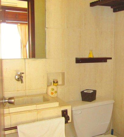 Hotel Latino : full bathroom deluxe room