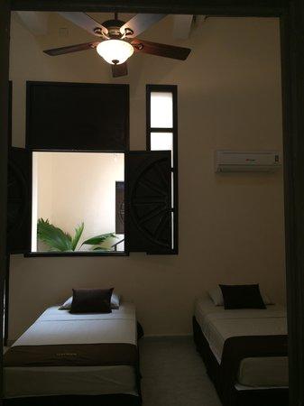 Luna Nueva Hostel: Dos camas individuales y sofá cama