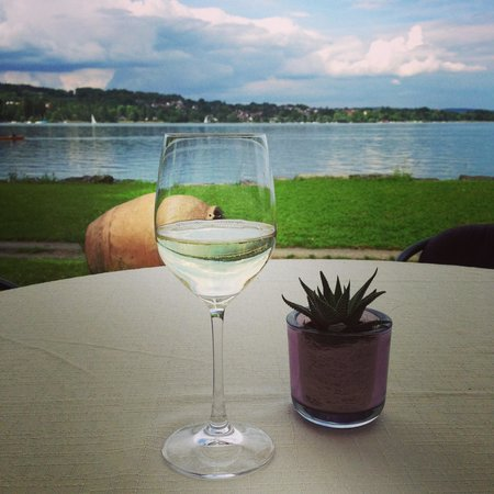 See & Park Hotel Feldbach: Apéro au restaurant face au lac