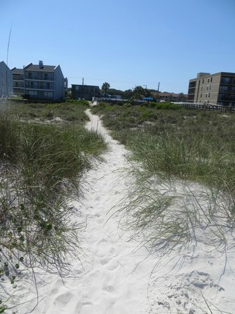 Beachside Motel : Path from beach to hotel